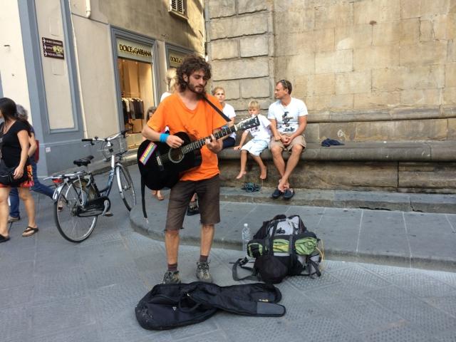 【写真】路上で最も見かける楽器の一つギター