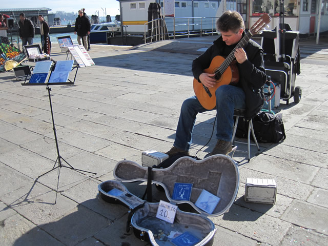 【写真】路上で芸をすることをバスキングという。語源はスペイン語のBuscarから来ている。