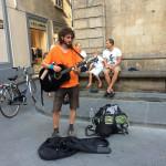 【写真】思い切って路上で演奏してみよう。