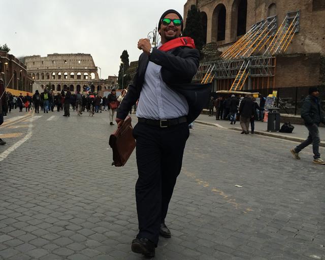 【写真】サラリーマンが歩いている風スタチュー