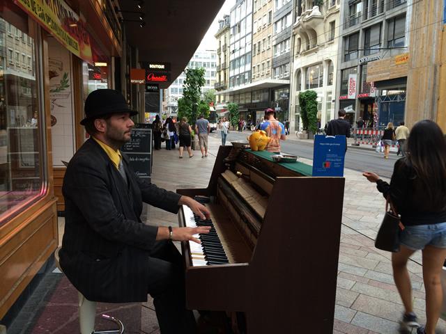 【写真】路上のピアニスト