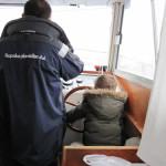 【写真】小さい子供が操舵を握っている、大丈夫か?