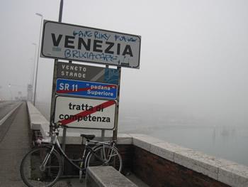 【写真】霧がかかり景観も見えない。