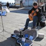 【写真】クラシックギターを路上で演奏するテデスさん。