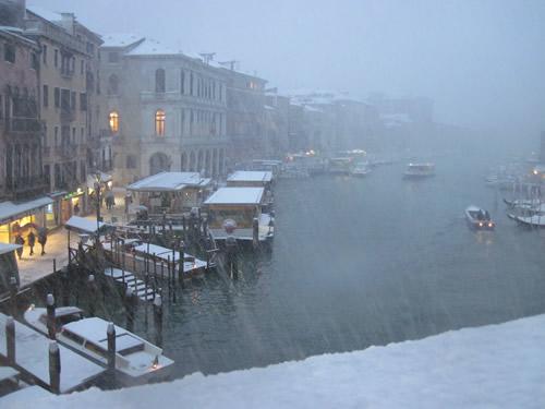 【写真】結局この日は雪が止まず。リアルト橋からの雪のベネチア