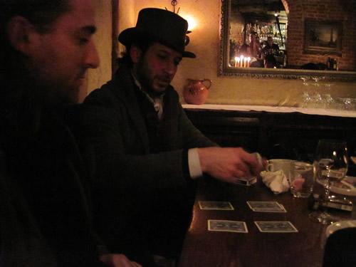 【写真】手品を演ずるベンジャミンさん(奥)同じくマジシャン、ピエルルイージさん(手前)