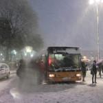 【写真】バスに群がる人々。この後阿鼻叫喚の修羅場が待っている。