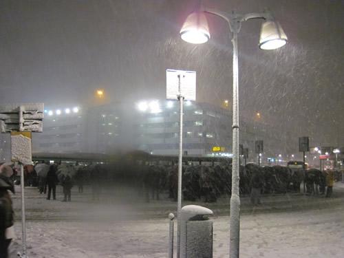 【写真】雪の中ローマ広場でバスを待つ群衆。