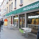 【写真】マクドナルドは街並みに合わせて緑と白。