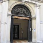【写真】入り口は地味なイタリア銀行。