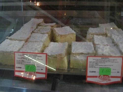 【写真】パン屋に置いてある立方体のケーキ、クリムピタ