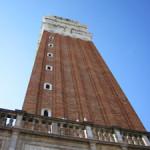 【写真】下から見上げた鐘楼。