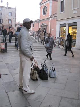【写真】いつもご近所のセネガル人のカバン売り