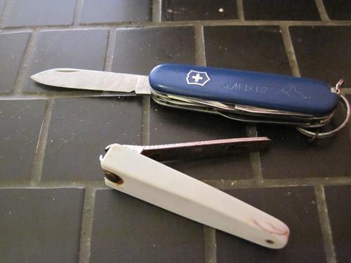 【写真】出国以来、使用している爪切りとナイフ。