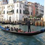 【写真】ベネチア名物の手漕ぎのゴンドラ。