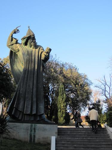 【写真】宮殿の金門近くにあるグルーグル司教の巨大像