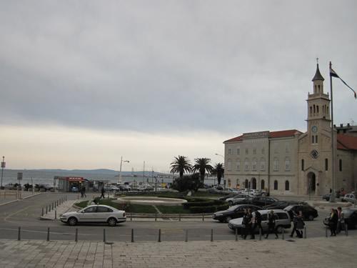 【写真】海沿いにたたずむスプリトの教会