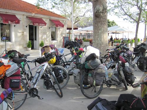 【写真】15台の旅行自転車が並ぶと壮観である。