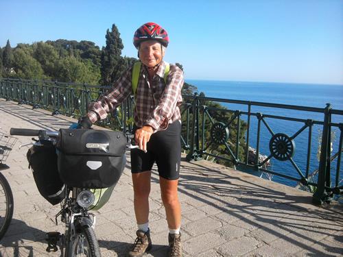 【写真】76歳の自転車旅行者エリザベスさん