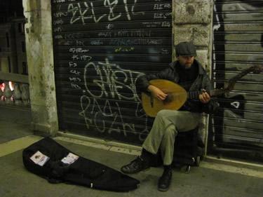 【写真】リアルト橋の上でリュートを演奏をするベンツさん