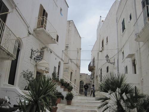 【写真】旧市街は街の中も白壁。