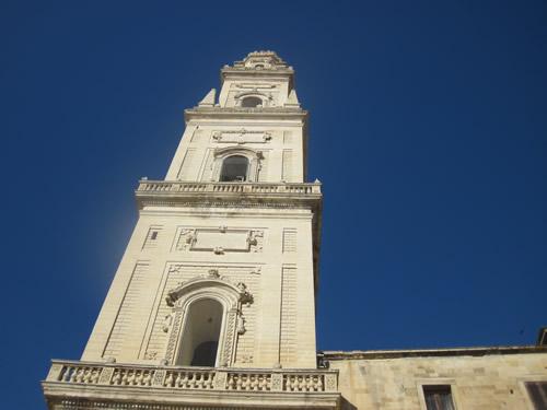 【写真】青空に突き刺さる鐘楼。