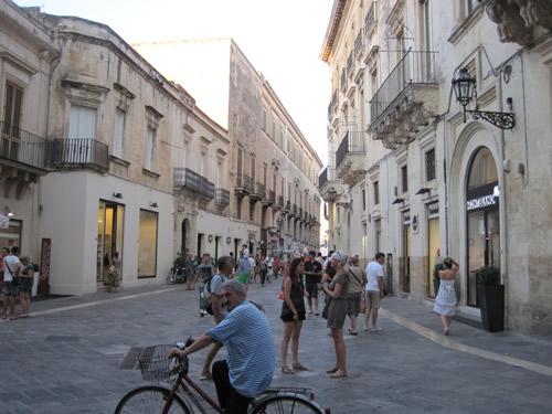【写真】街行く人々も穏やかな雰囲気のレッチェ。