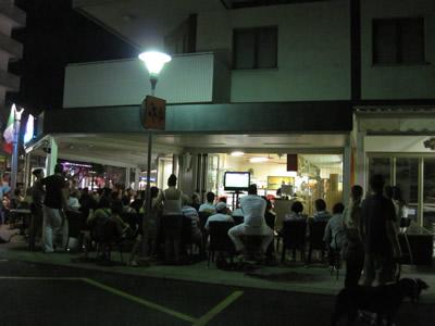 【写真】街角カフェの画面を見つめる人々