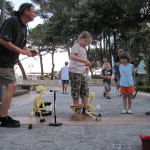 【写真】夏の海辺は路上の芸人が多くなる。
