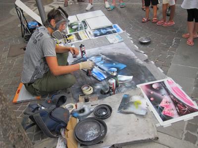 【写真】路上でスプレーアートをしているハンガリー人のエバさん。