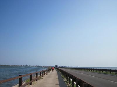 【写真】炎天下をひぃひぃ言いながら長い橋?を渡る。