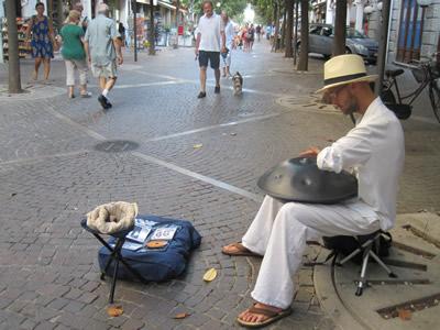 【写真】ハングを演奏するスロベニアのセバスチャン