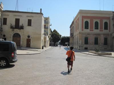 【写真】レッチェの街を闊歩するマサさん。