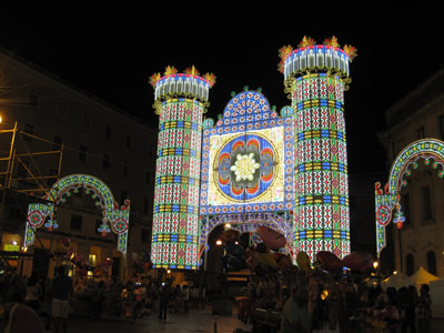 【写真】イタリア南部の夜は長い。写真はお祭りの日。