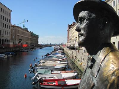 【写真】運河沿いにたたずむジェイムズ・ジョイス の銅像