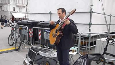 【写真】独特の奏法でギターを奏でるバルテールさん