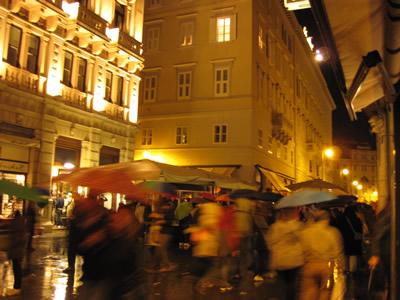【写真】雨が降ると路上の芸どころではない。