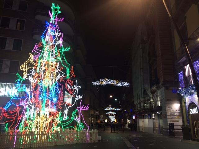 【写真】ナポリのトレド駅近くのクリスマスツリー