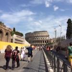 【写真】5月の炎天下の中亡霊のようにコロッセオに向かう観光客達