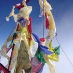 【写真】エベレスト山頂8848mにたなびく旗群。