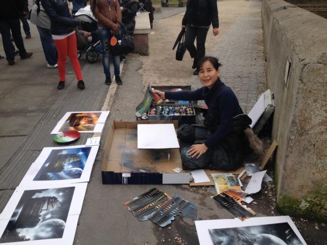 【写真】中国人のスプレーアーティスト、シュウメイさん。