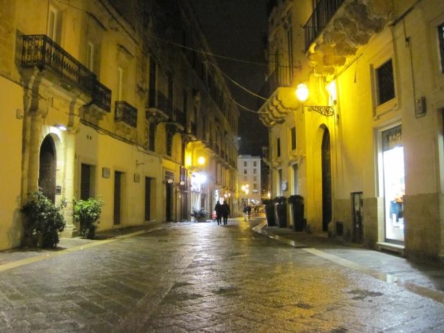 【写真】雨の日は街灯が石畳に反射して美しい。