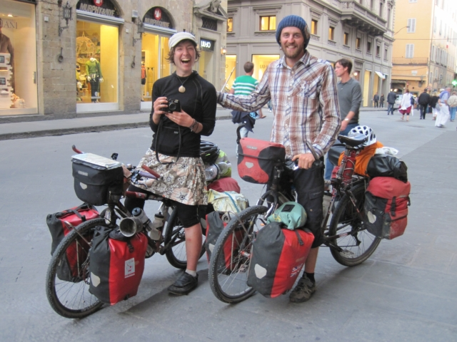 【写真】イギリス人自転車旅行者サムとサラ。