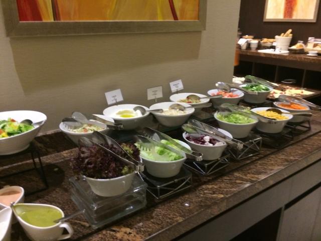 【写真】朝から豪勢な朝食。控えめにサラダコーナーだけ写真を撮った。