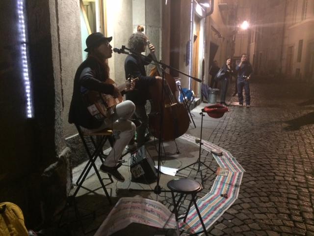 【写真】路上でギターを奏でるジョルジオさんとロベルトさん。