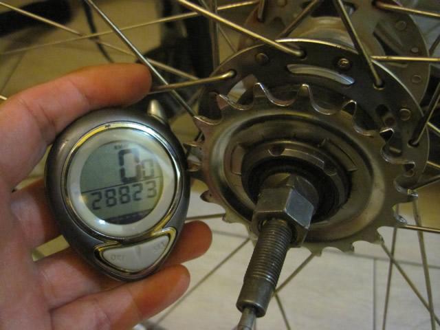【写真】壊れた後輪と自転車のメーター