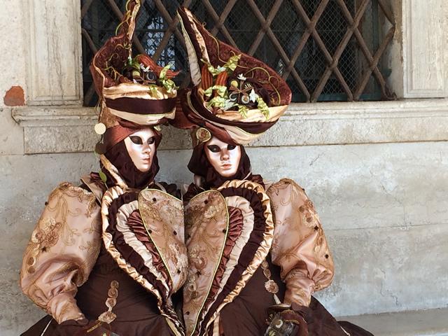 【写真】ベネチアカーニバル定番のマスクをかぶった仮想者。その2