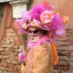 【写真】ベネチアカーニバル定番のマスクをかぶった仮想者。その1