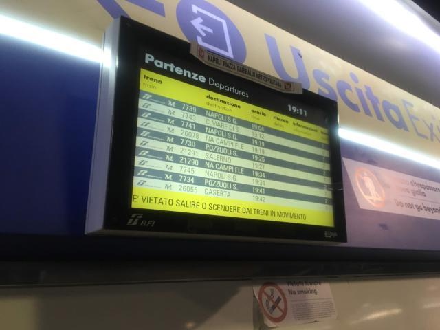 【写真】トレニイタリアで見かける時刻表もある