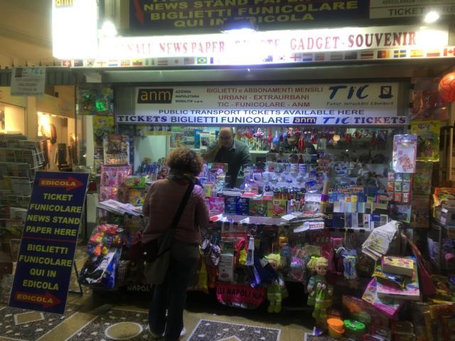【写真】乗車券は駅の入り口にあるキオスクで購入できる